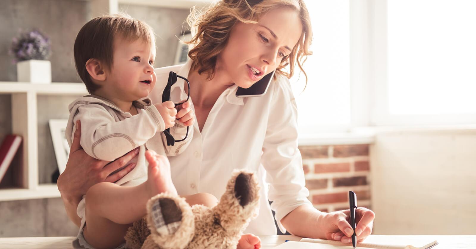 Eine Frau mit Kind meistert ihren stressigen Alltag mit B12 Ankermann® Vital.