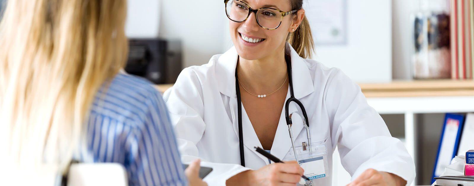 Um ihren B12 Mangel zu beheben, lässt sich eine Frau von einer Ärztin Therapien empfehlen.