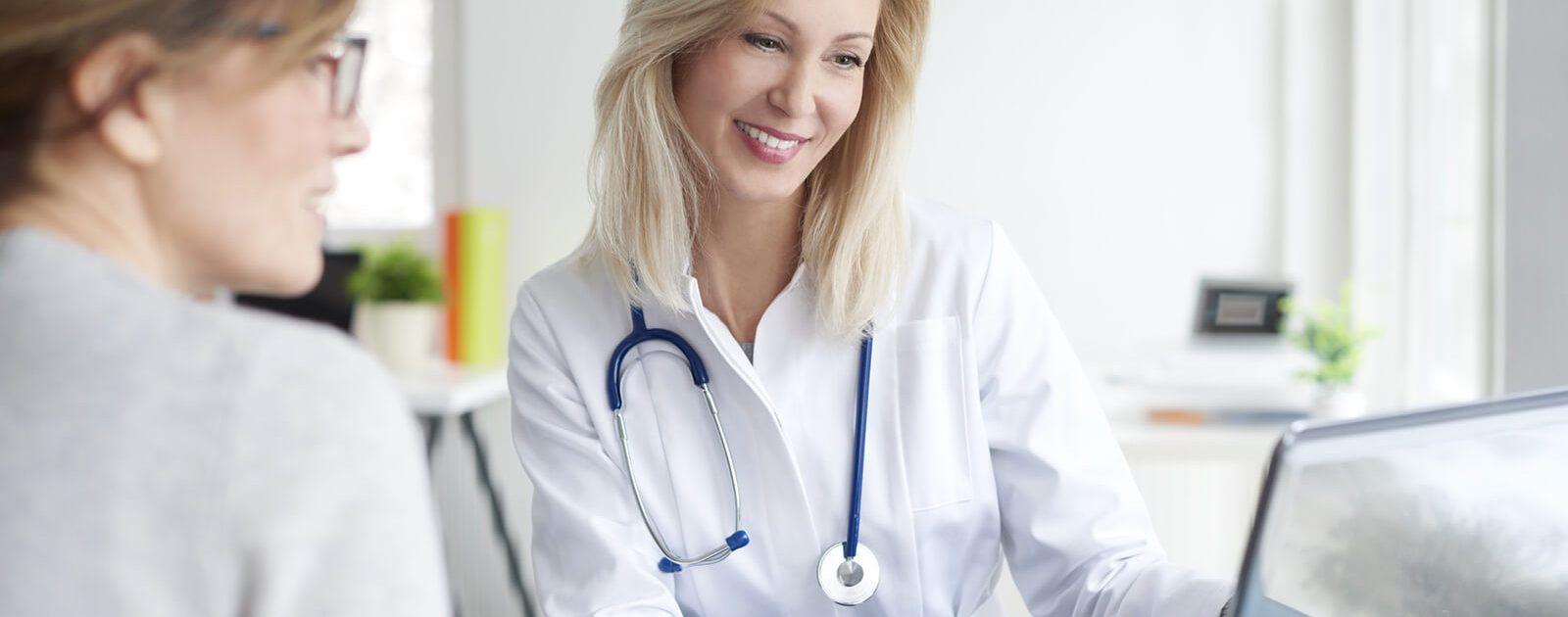 Um einen Vitamin B12-Mangel festzustellen, lässt sich eine Frau von einer Ärztin beraten.
