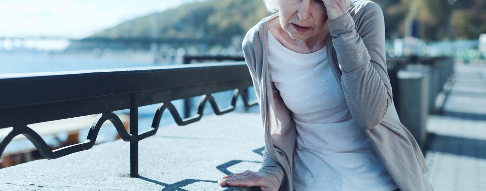 Eine Frau kämpft mit den Folgen eines Vitamin B12-Mangels.
