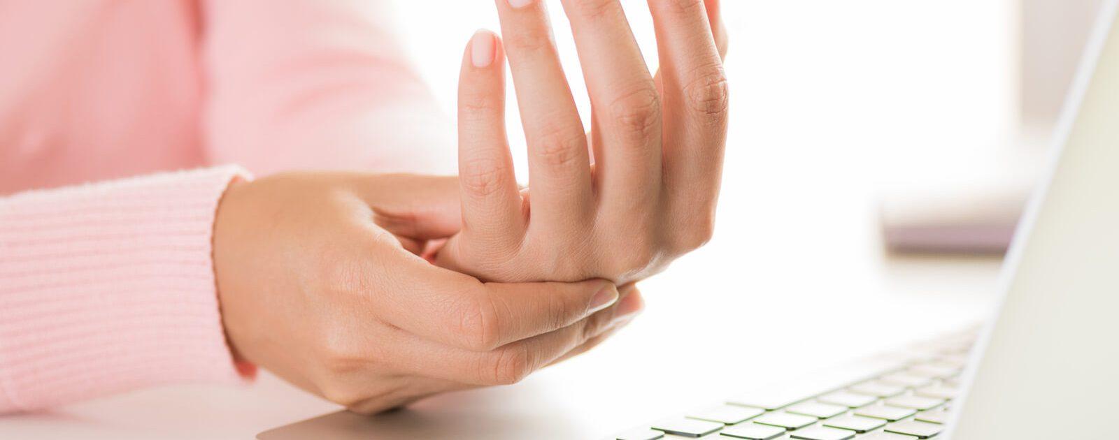 Eine Frau mit Nervenschäden an der Hand in Folge eines Vitamin B12 Mangels.