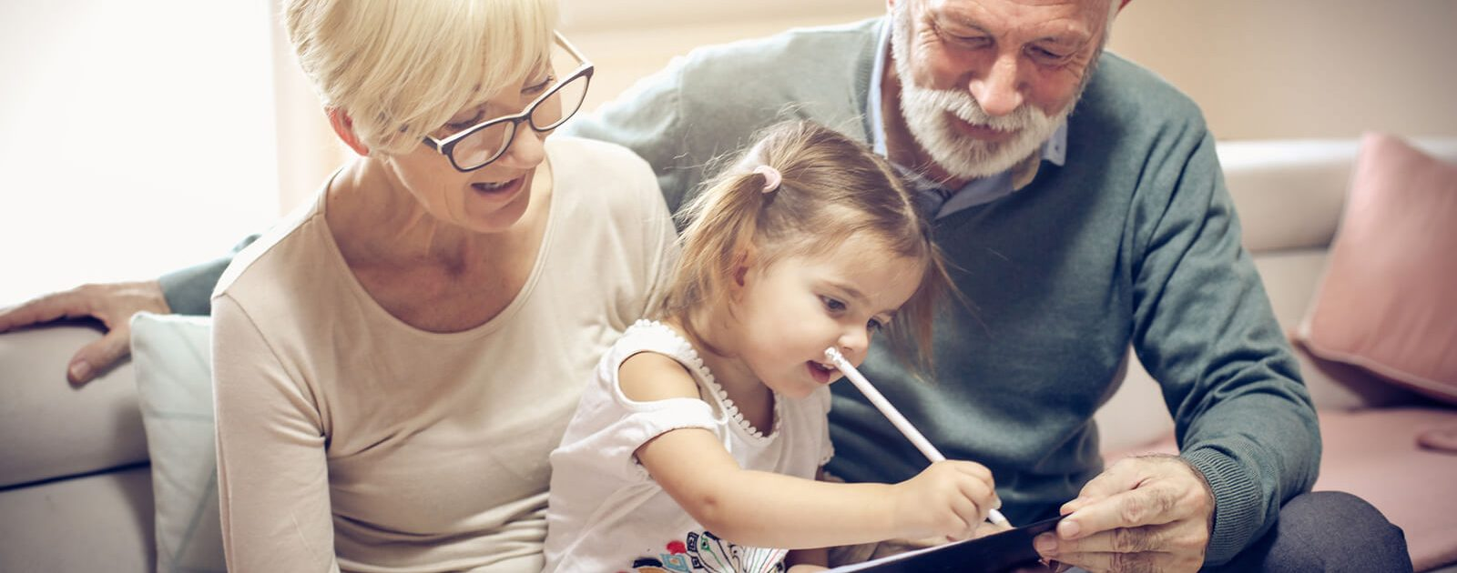 Großeltern mit Enkelkind: Sowohl ältere als auch sehr junge Menschen gehören zur Risikogruppe eines Vitamin B12-Mangels.