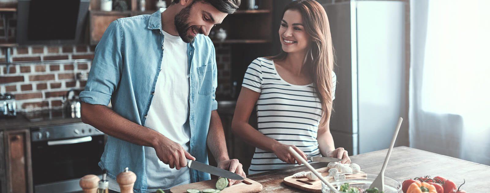 Ein Paar bereitet Gemüse zu: Als Vegetarier oder Veganer sollte auf ausreichend Vitamin B12 geachtet werden.