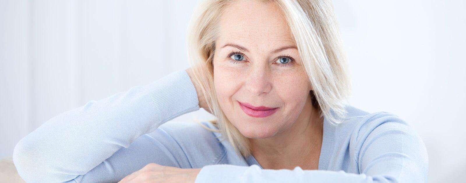 Eine Frau in den Wechseljahren macht sich Gedanken, ob sie genügend Vitamin B12 zu sich nimmt.