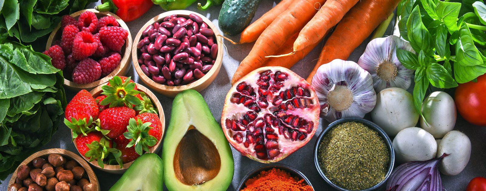 Verschiedenes Obst und Gemüse, die wichtige Vitalstoffe enthalten.