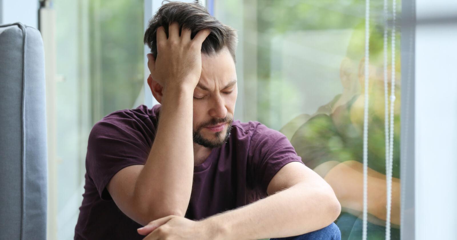 Mann leidet unter Erschöpfung aufgrund eines B12 Mangels.