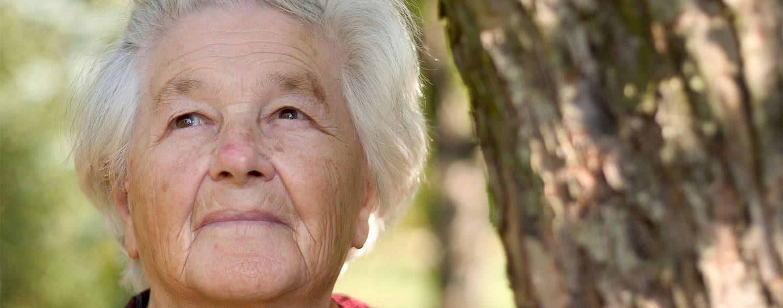 Ältere Dame möchte einen Mangel an Vitamin B12 vermeiden, um Demenz vorzubeugen.