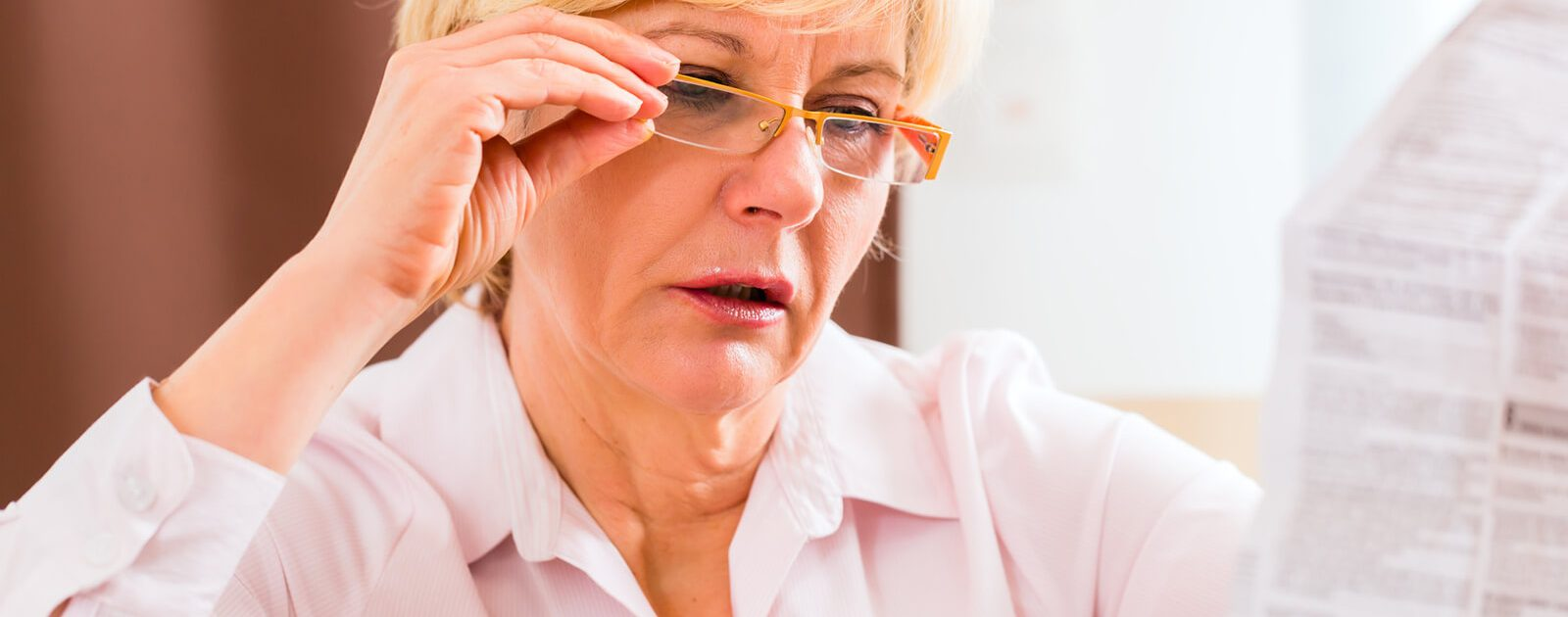 Eine Frau informiert sich über einen Vitamin B12 Überdosierung.