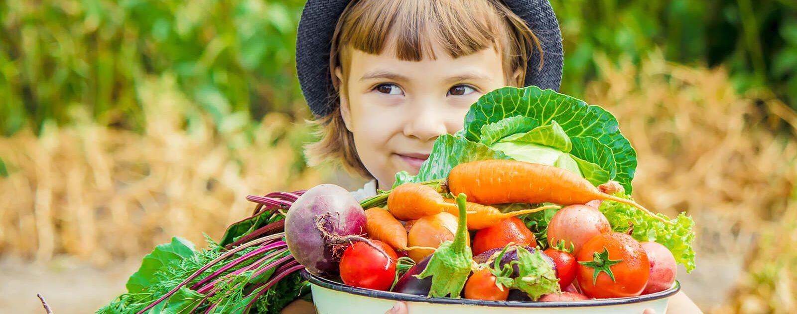 Ein Mädchen mit einer Schüssel voll Gemüse, das über wenig Vitamin B12 verfügt.