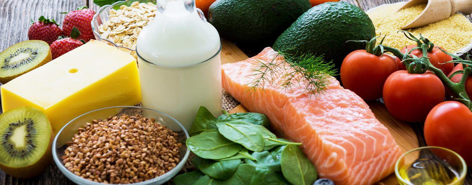 Verschiedene Lebensmittel, die das Vorkommen von Vitamin B 12 symbolisieren.