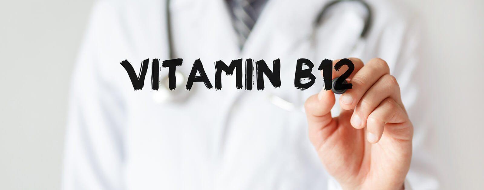 Ein Arzt klärt über die Aufgaben von Vitamin B12 und darüber, wie hoch der Tagesbedarf ist, auf.